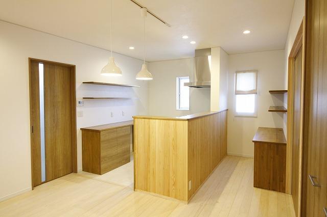 キッチン廻りや食器棚、パソコンスペースなどは全て造作仕上げ