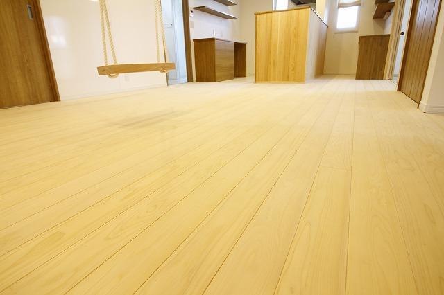 ほとんど節のない能登ヒバの床材が映え香る