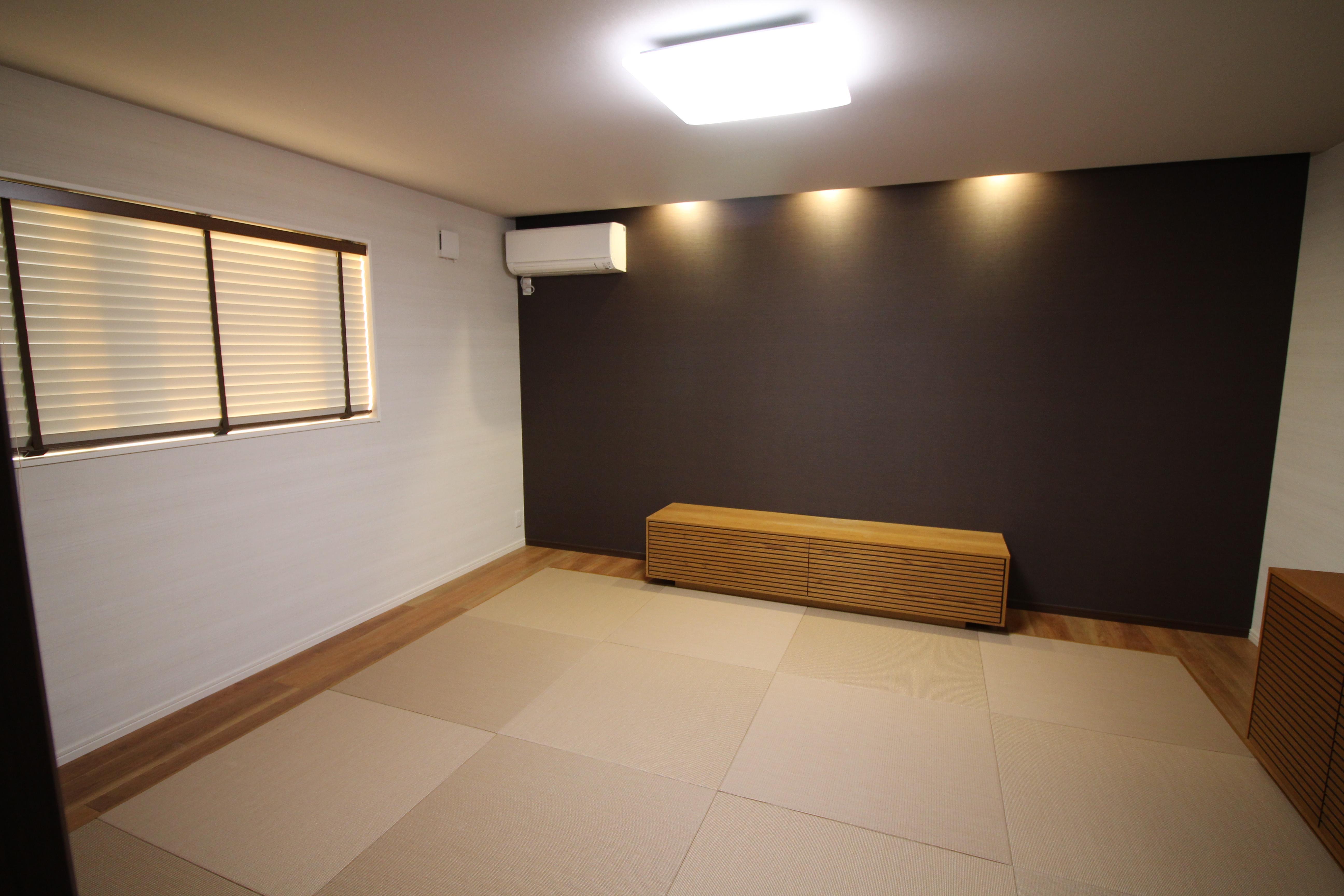 縁なしの畳を使い、廻りを板張りにしたモダンな寝室