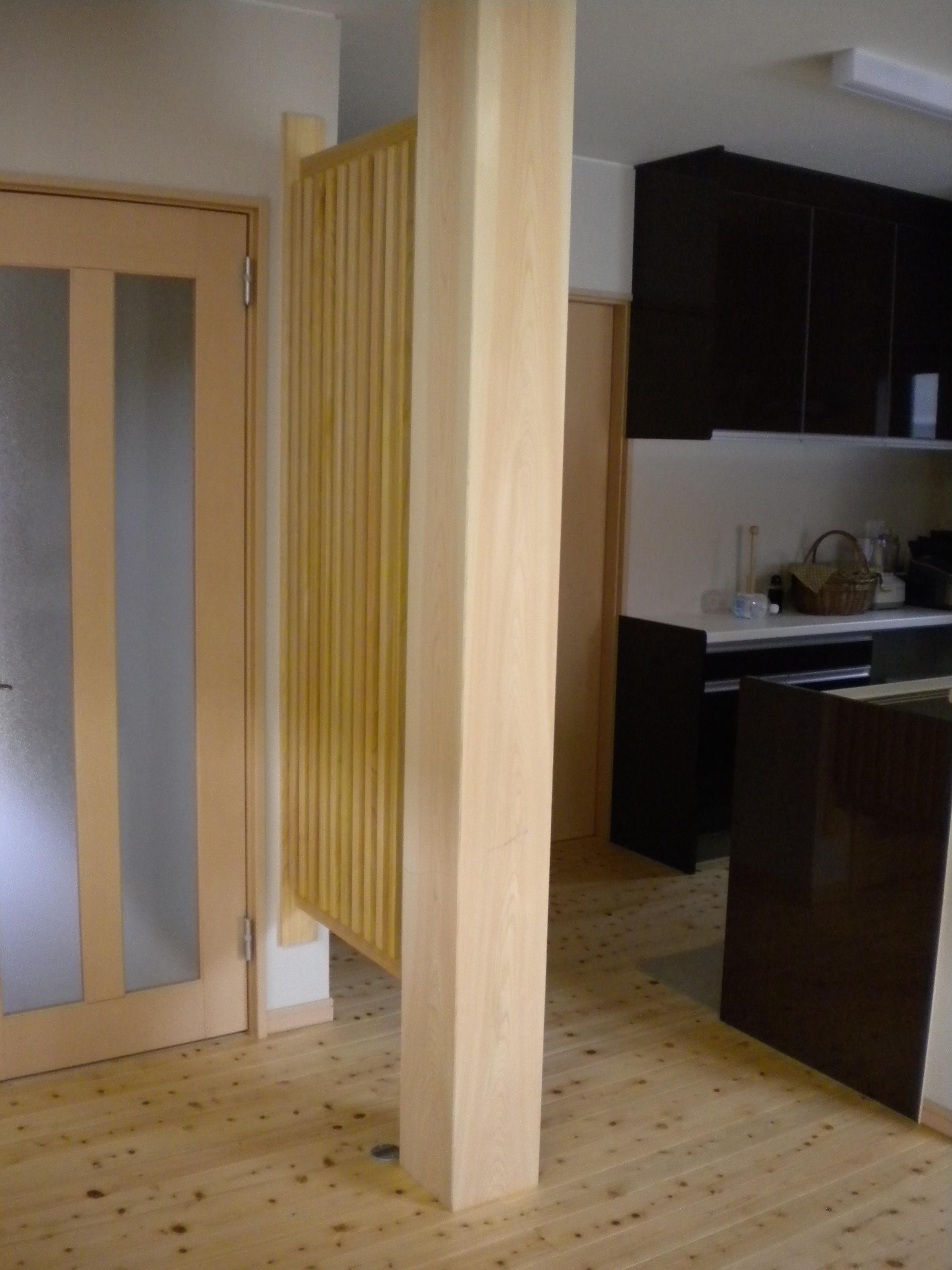 キッチンとの間には目隠しとしてヒノキ大黒柱&スクリーン