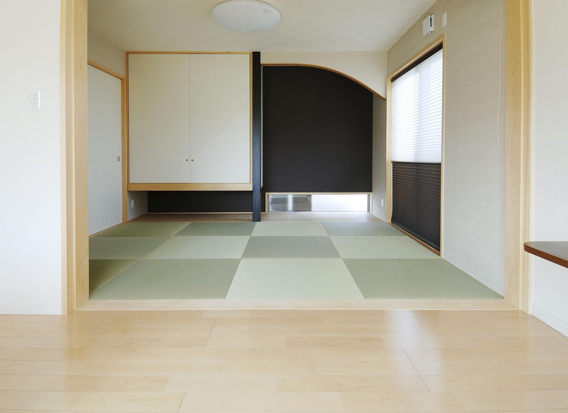 床の間R部分の草槇、吊押入、地窓、太鼓貼りの襖...
