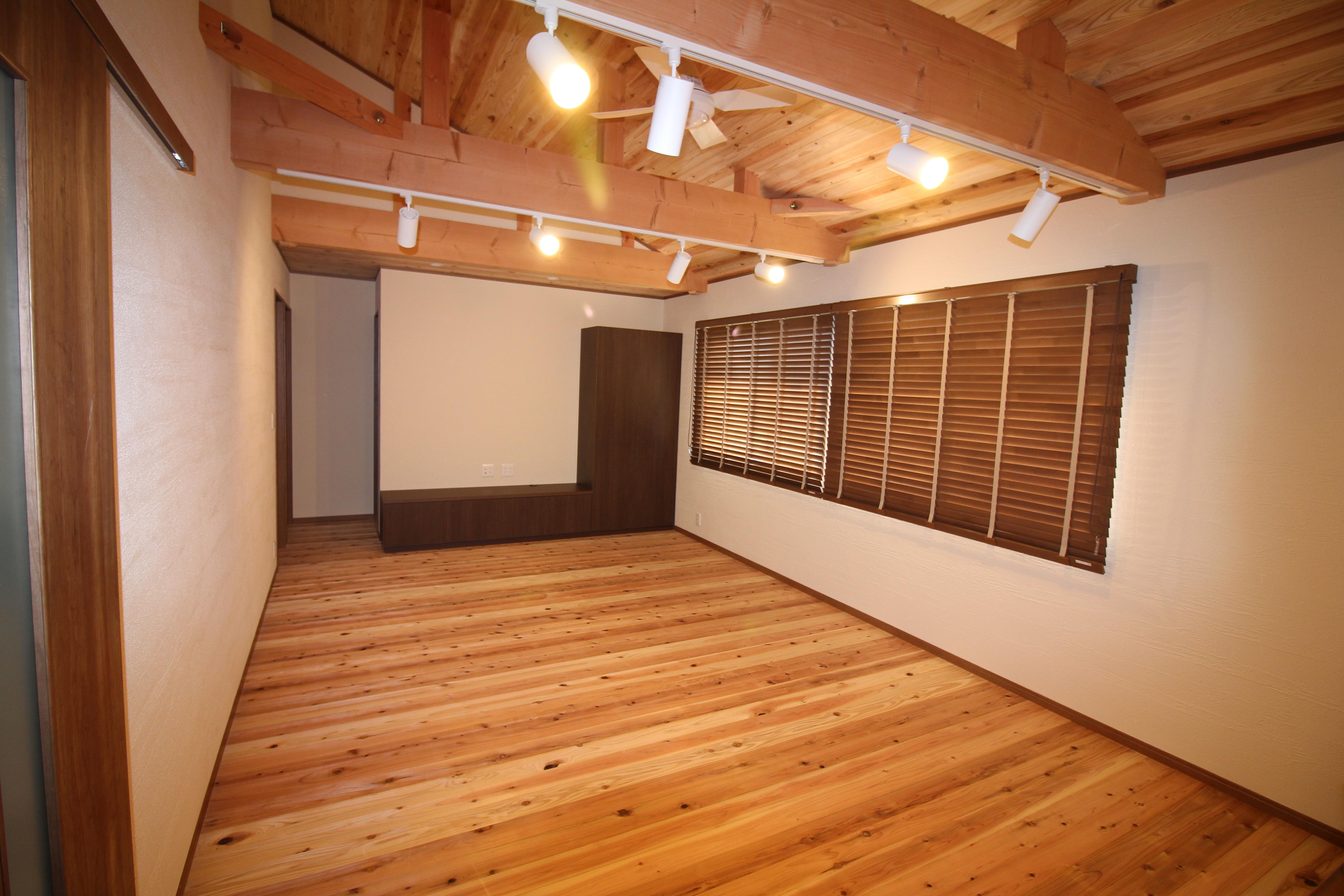 小屋組みを見せて、天井を高く開放的なリビングに