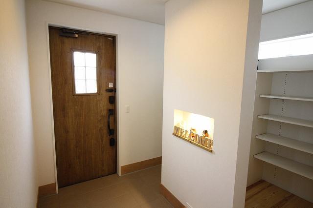 玄関では飾り棚でポテトヘッドがお出迎え
