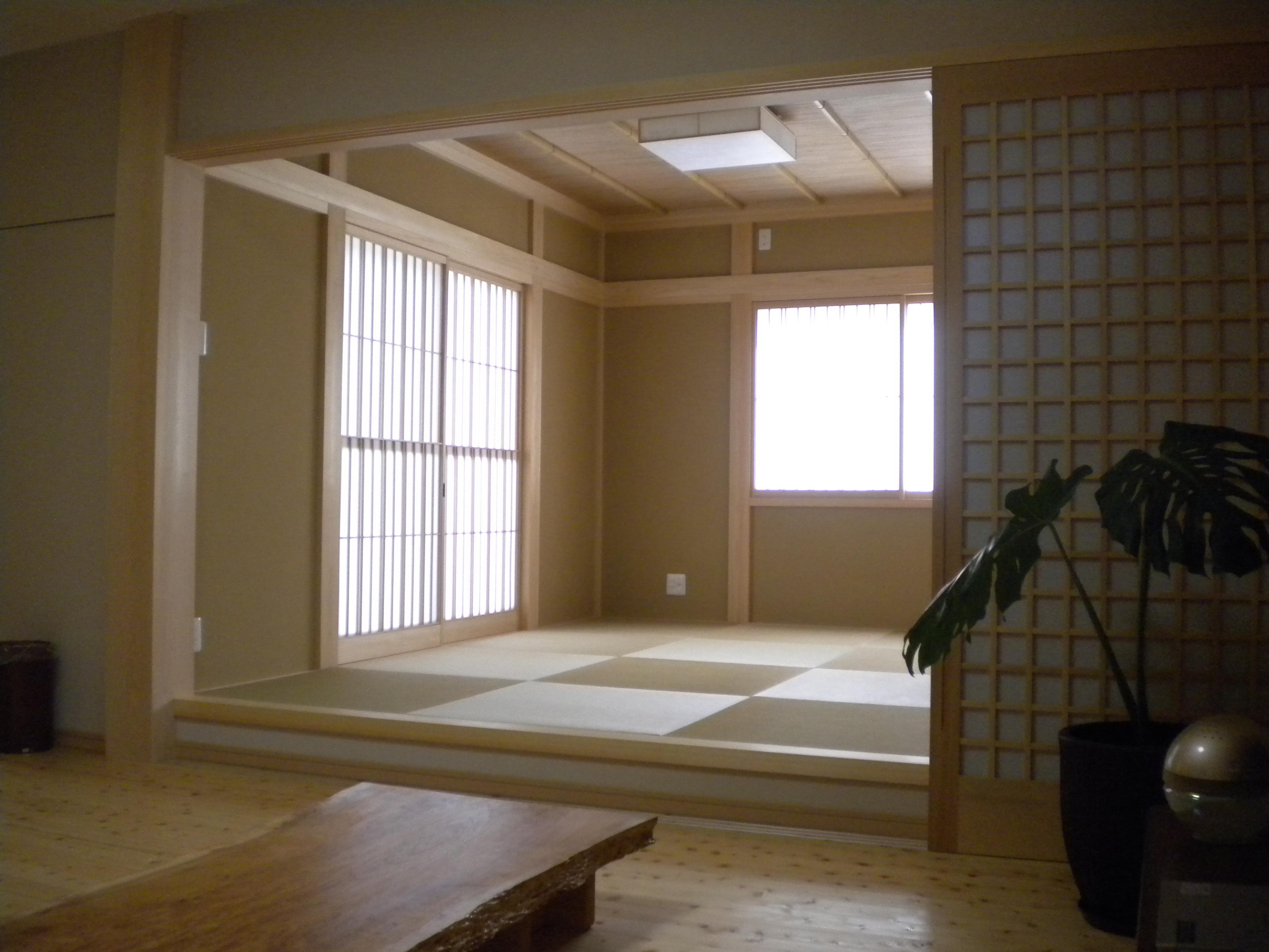 【和室】絞り床柱、欅床板、桧化粧材など贅を尽くした一室に。よしず&竹押えと天井にもコダワリが