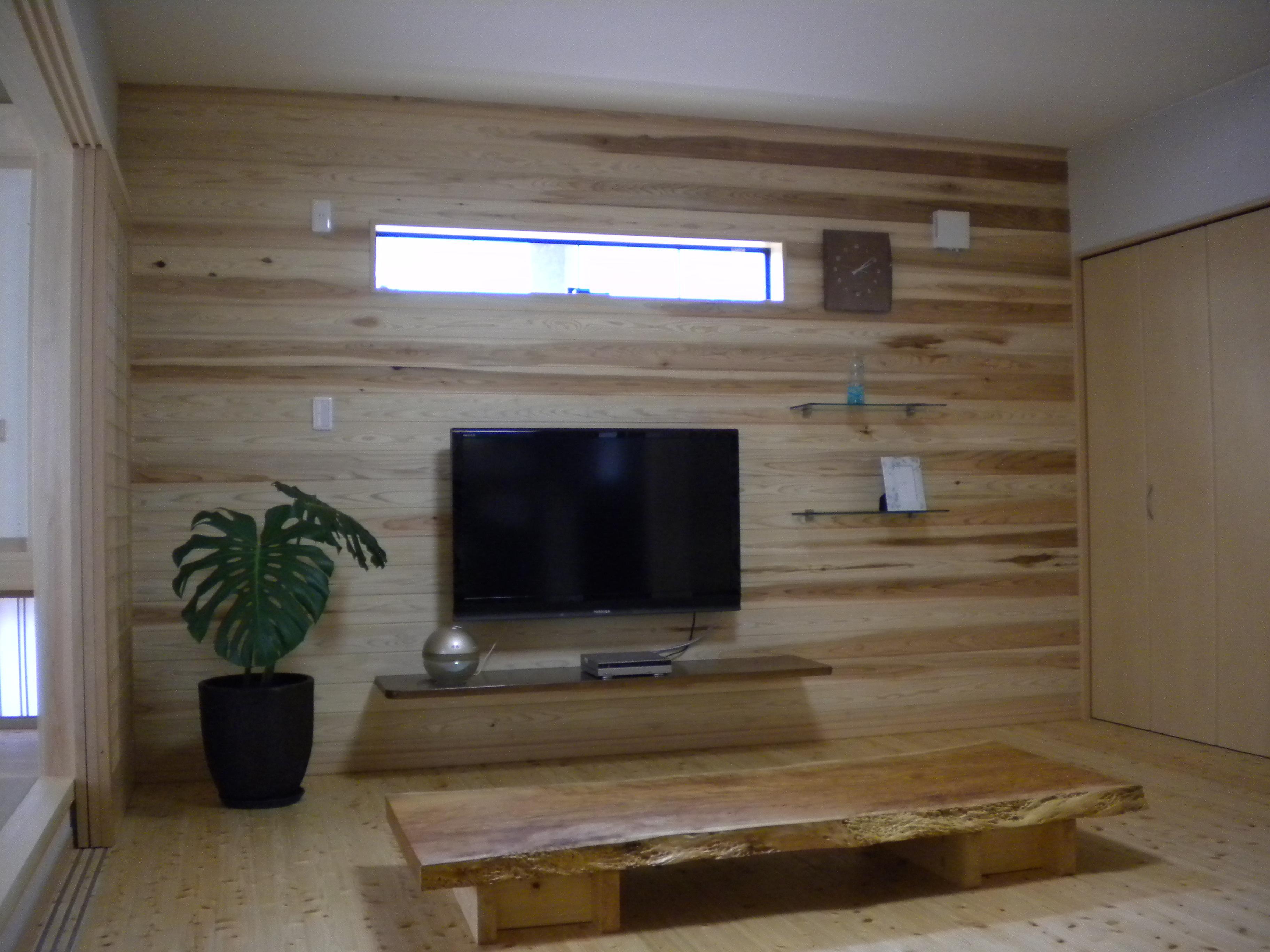 壁掛け補強やAVカウンター設置でテレビ廻りもスッキリ設計。家宝となるべくして製作された貴重な欅ガニ杢一枚板の座卓