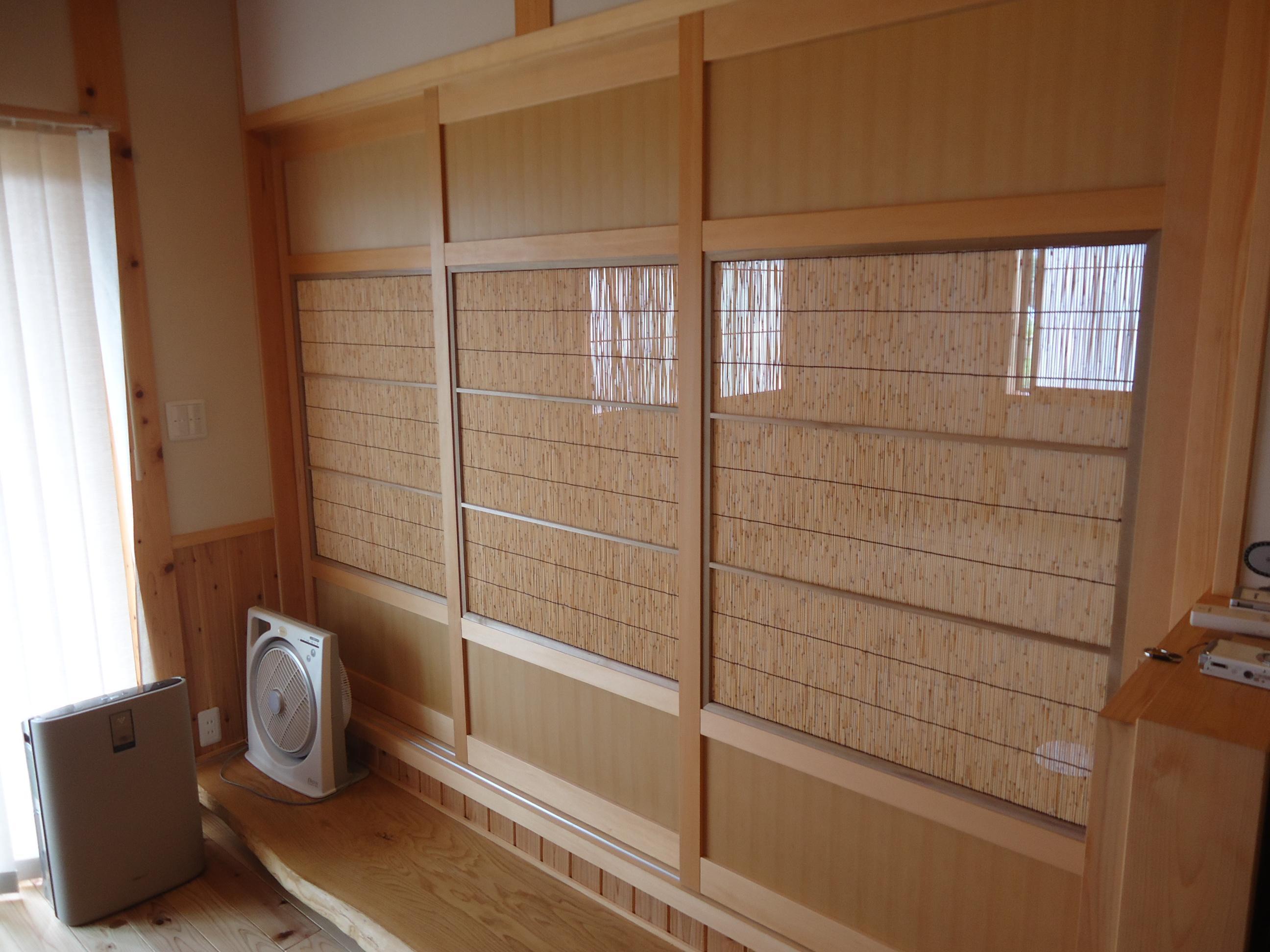 和室~リビングの建具は夏になると障子から簾戸に