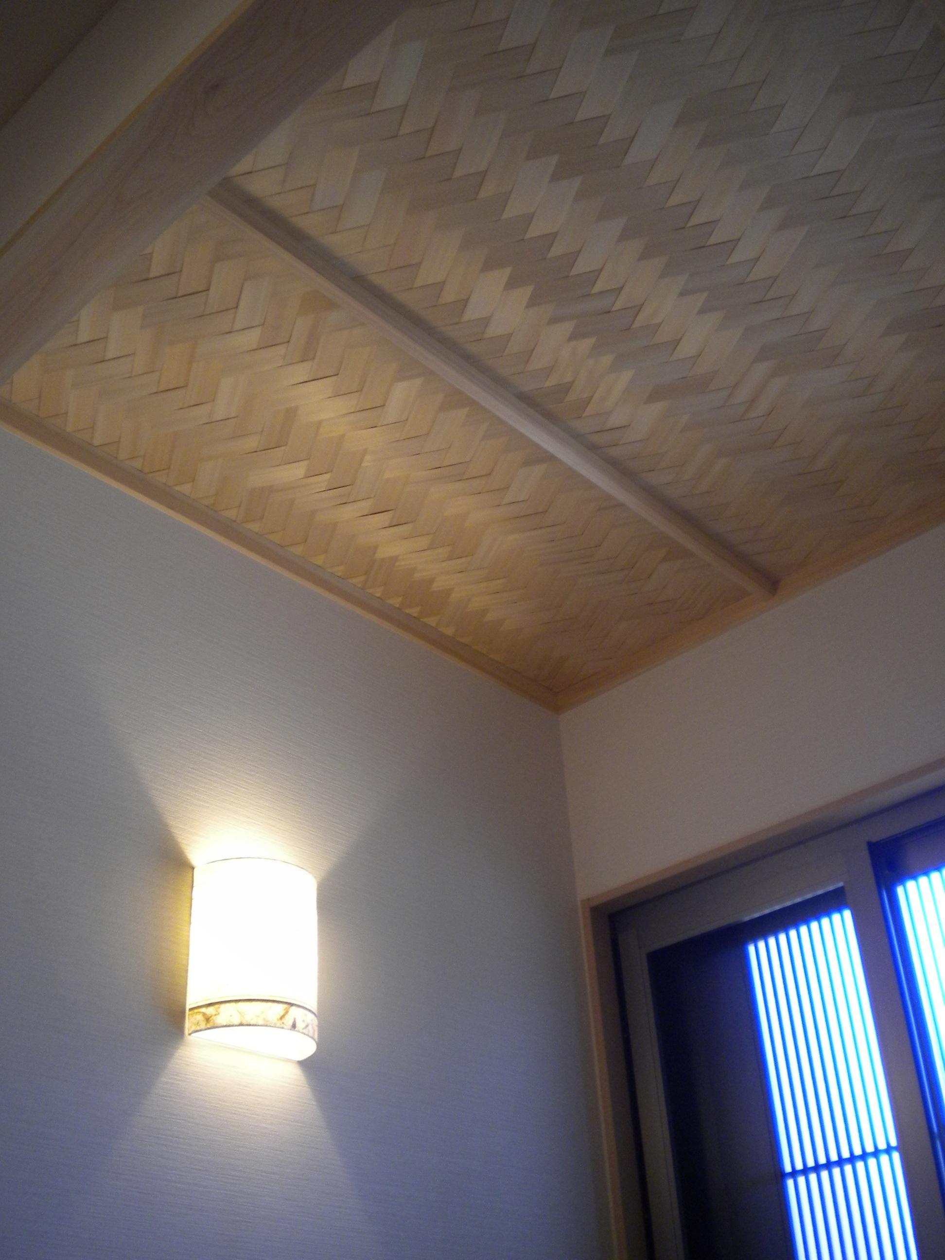 施工中に「やっぱり玄関は顔だから・・・」と桧厚貼網代天井に変更