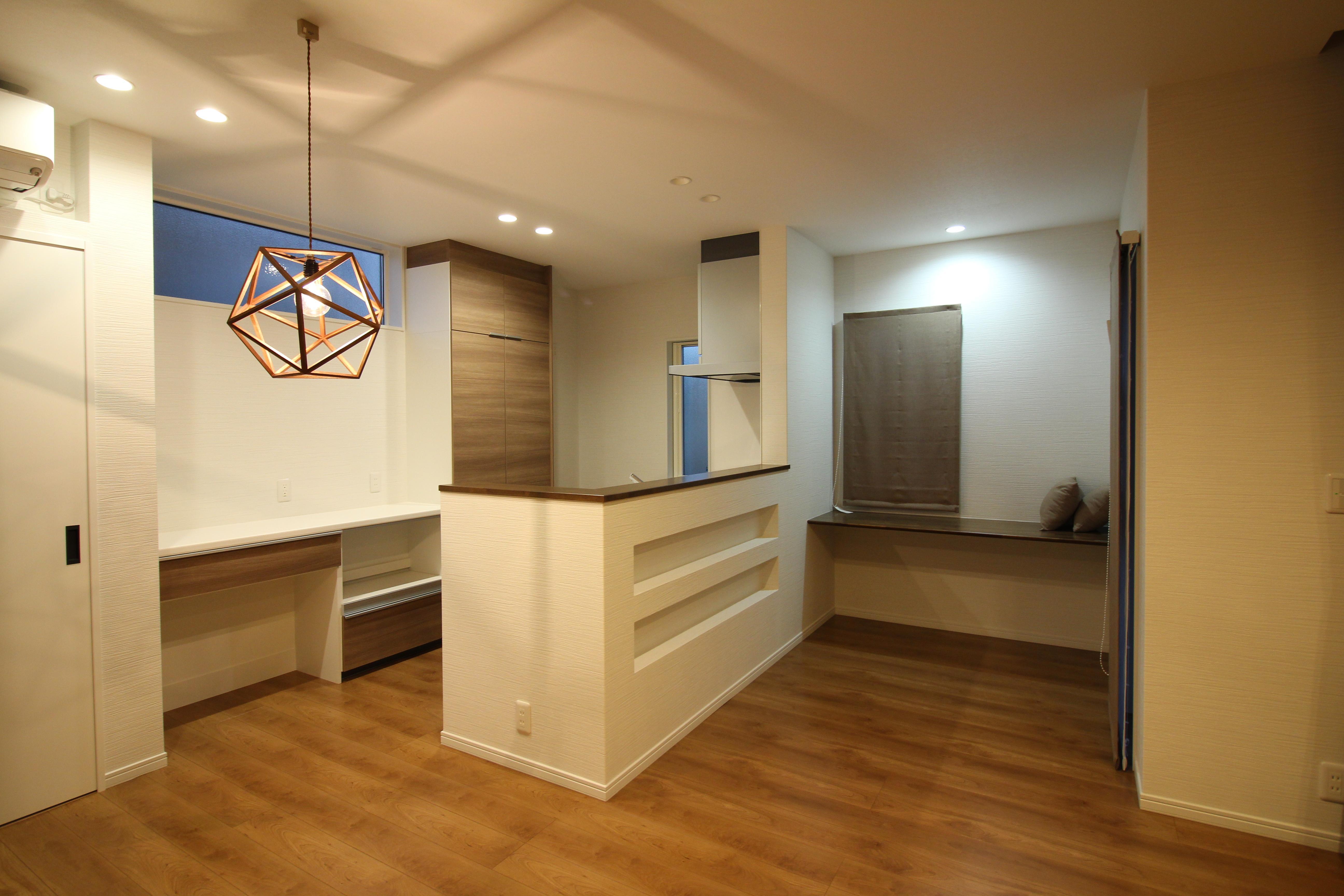 キッチンの近くに多目的に使えるスタディースペース