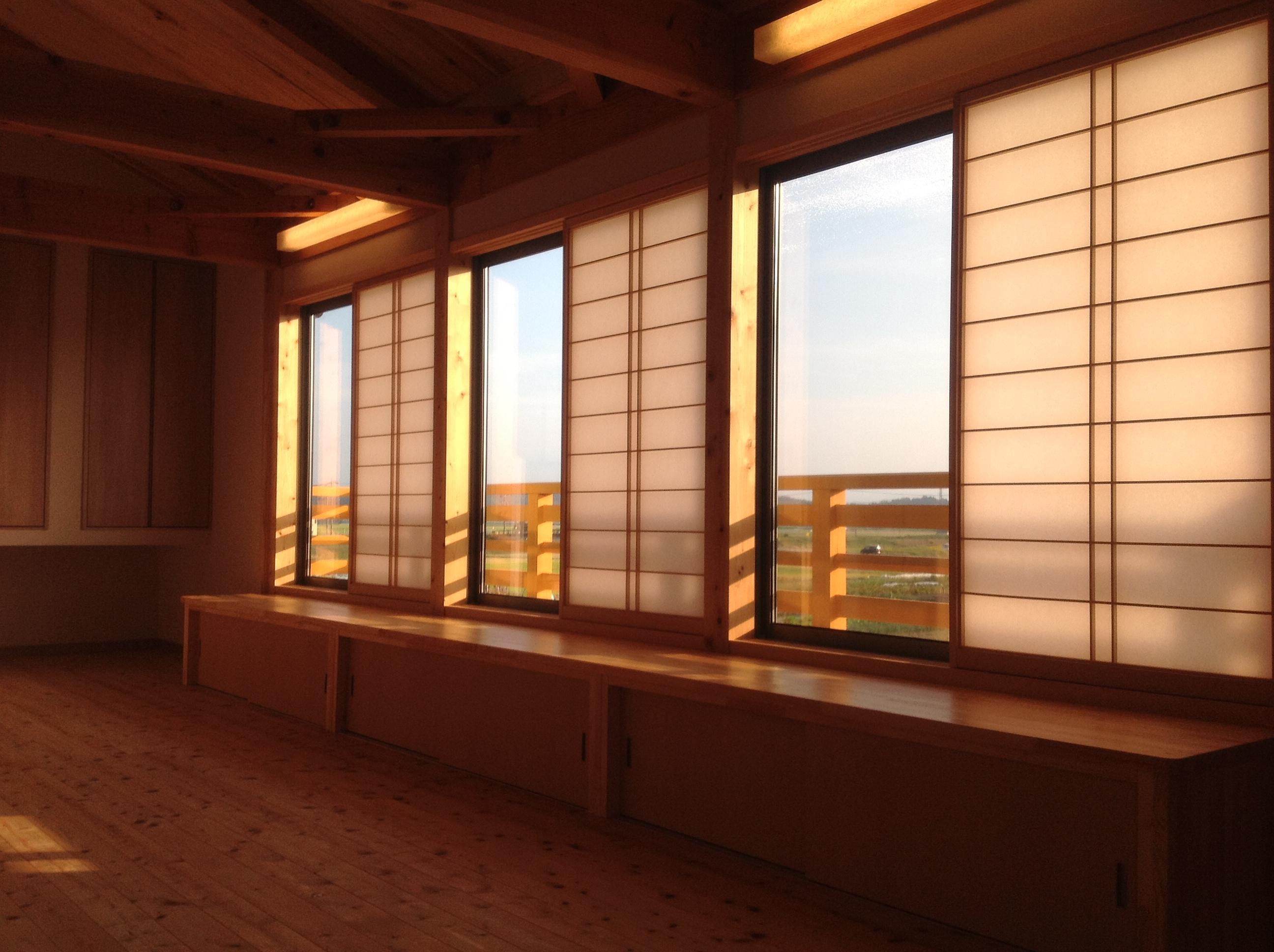【リビング】勾配天井がリビングをより解放感のある空間に。旅館感じさせる木製手摺の向こうには、のどかな田園風景が