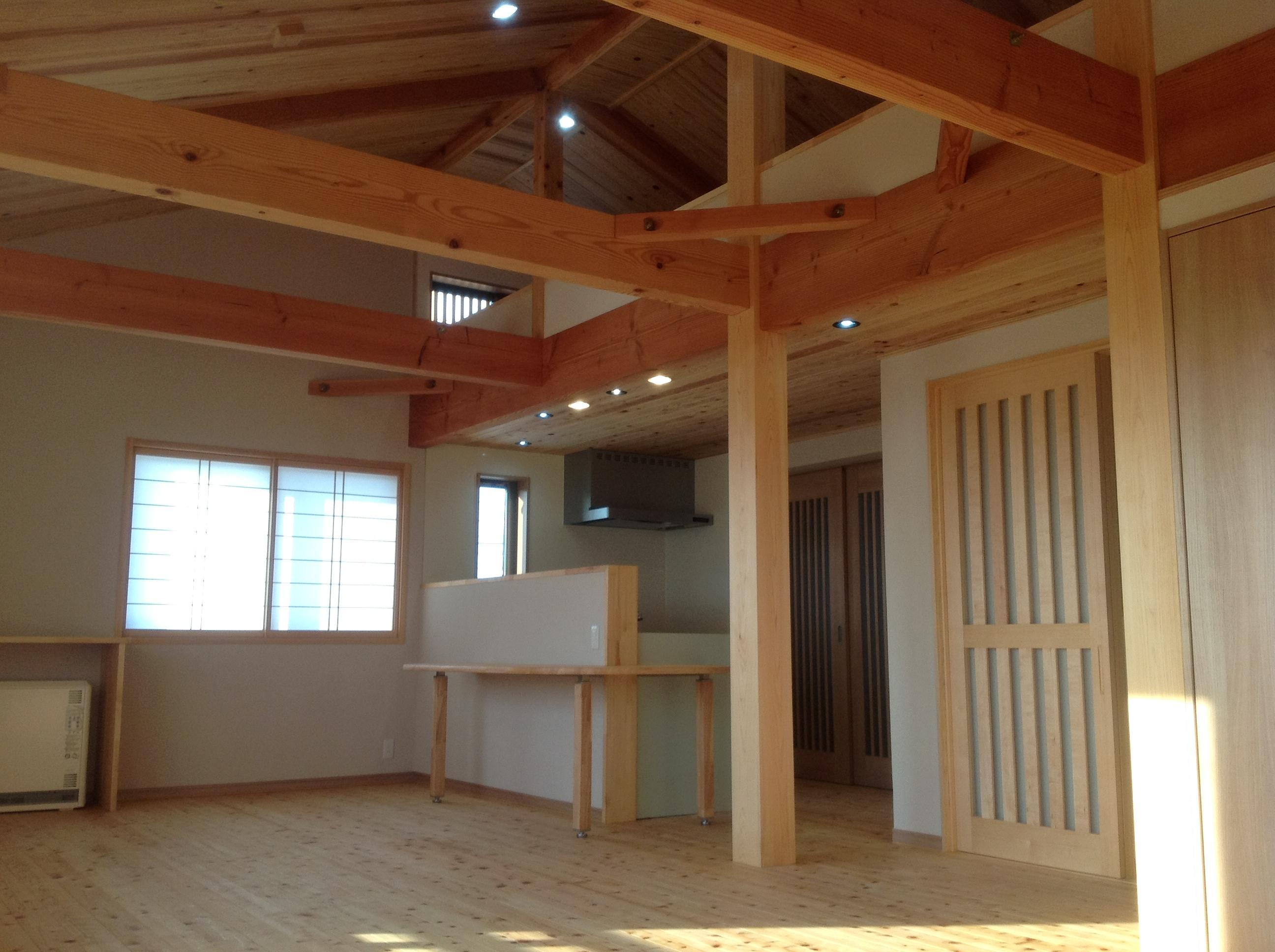 【リビング】二本の桧大黒柱がお家を支えます。
