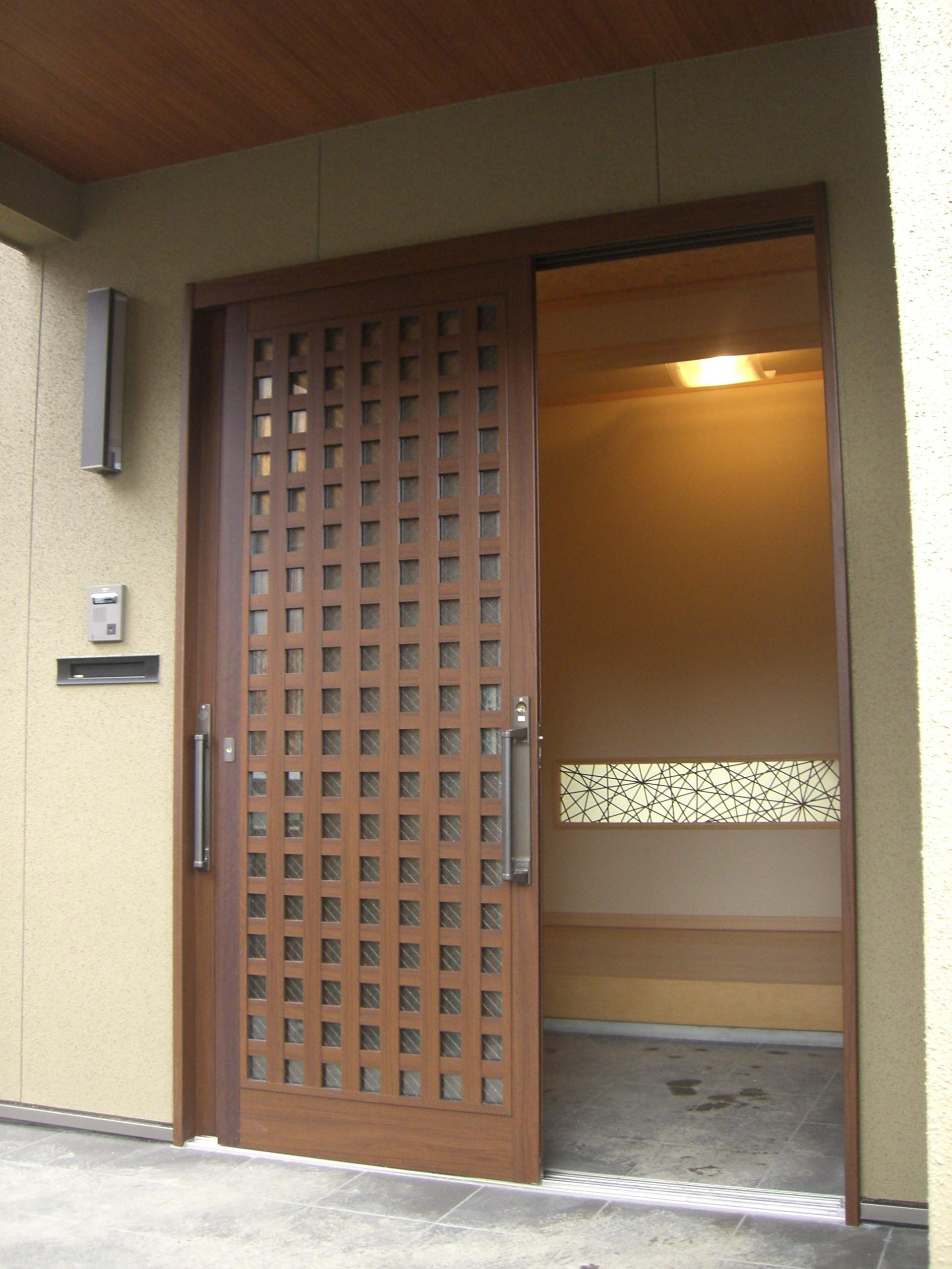 玄関ドアを開けると竹細工を施した化粧窓から温かい光